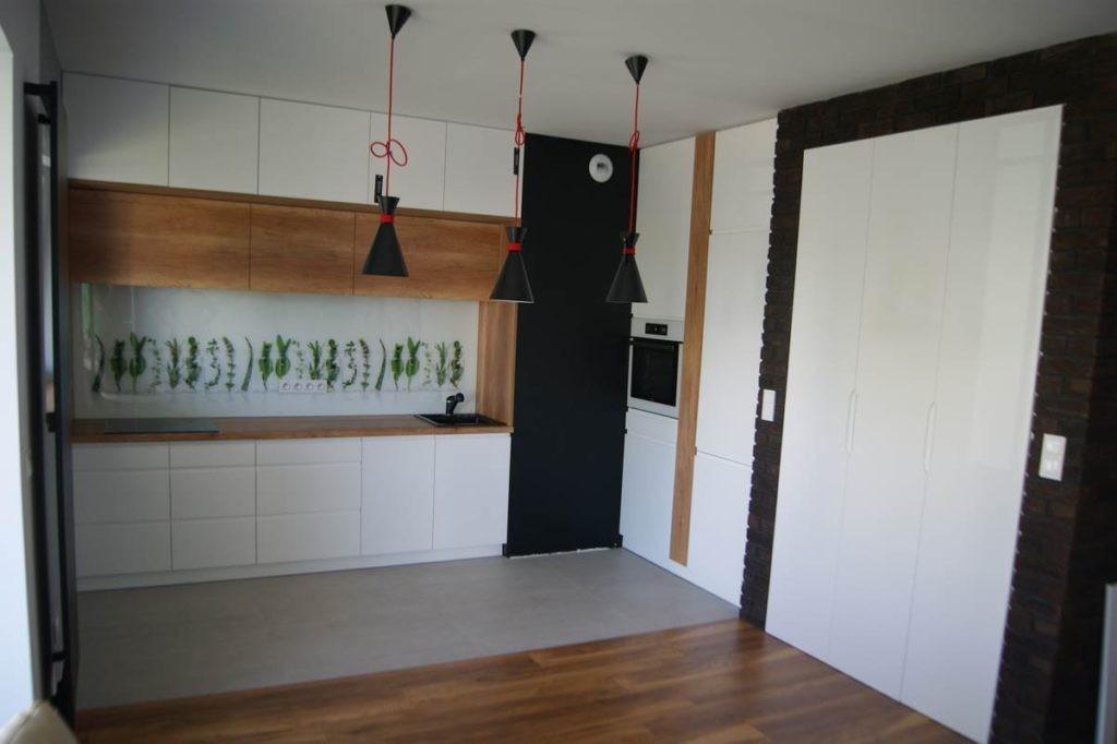Meble kuchenne z frontami w białym półmacie