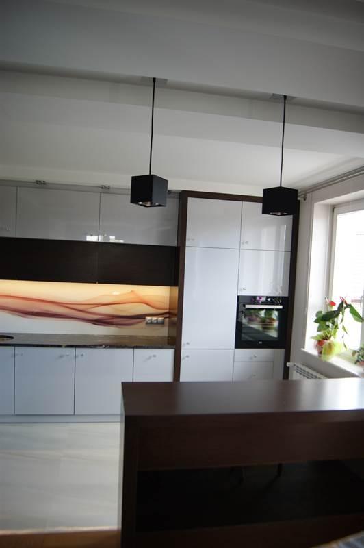 Meble kuchenne z lakierowanymi frontami w kolorze szarym połączone z fornirem Wenge Amari